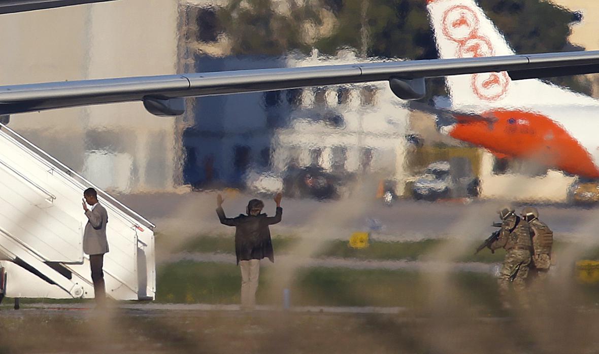 Únosci libyjského letounu se nakonec na Maltě vzdali
