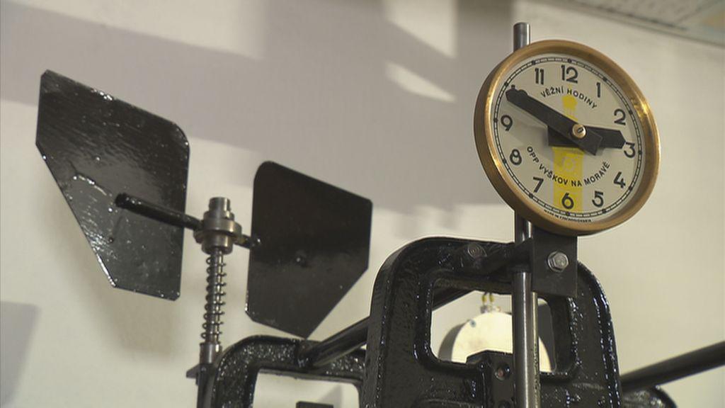 Strojek hodin na ubytovně Kupa