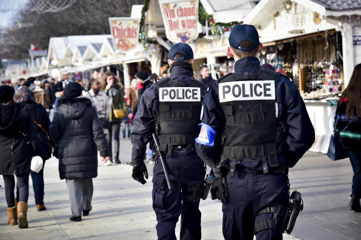 Policisté hlídkují v Paříži