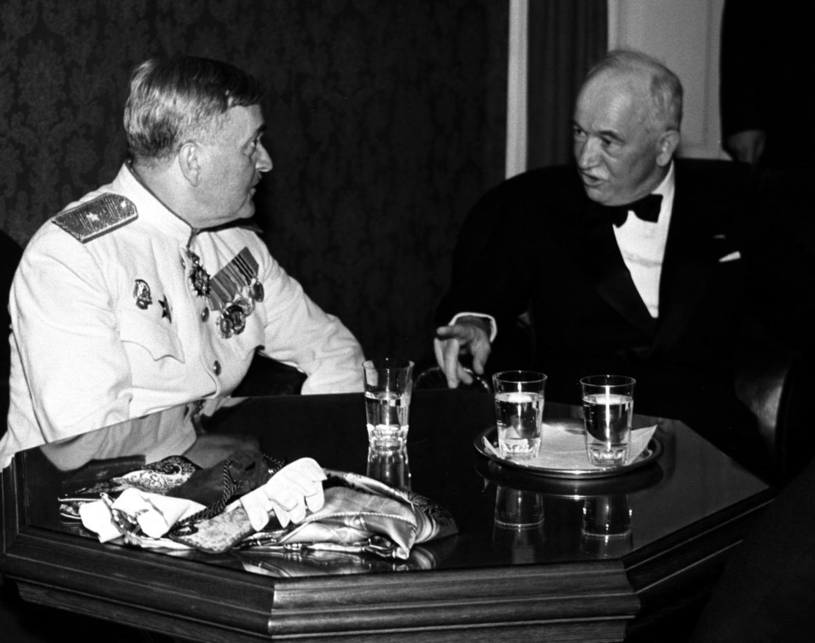Československý prezident Edvard Beneš a Alexandr Vasiljevič Alexandrov. Soubor koncertoval v Praze v červnu 1946