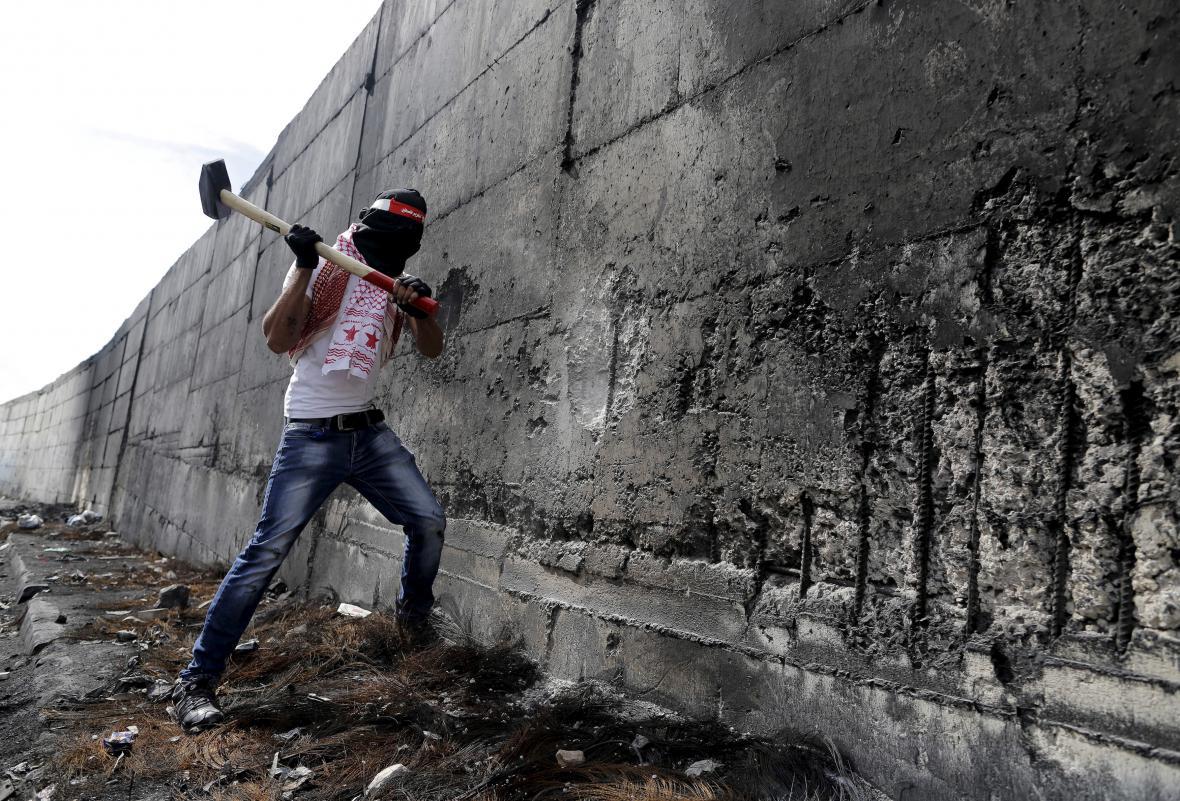 Palestinský odpůrce zdi u Východního Jeruzaléma