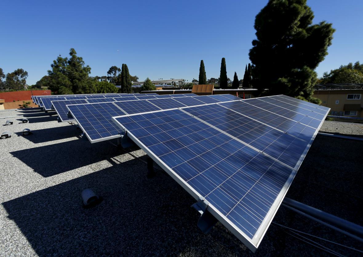 Solární panely na střeše rezidenčního komplexu v kalifornském městě National City