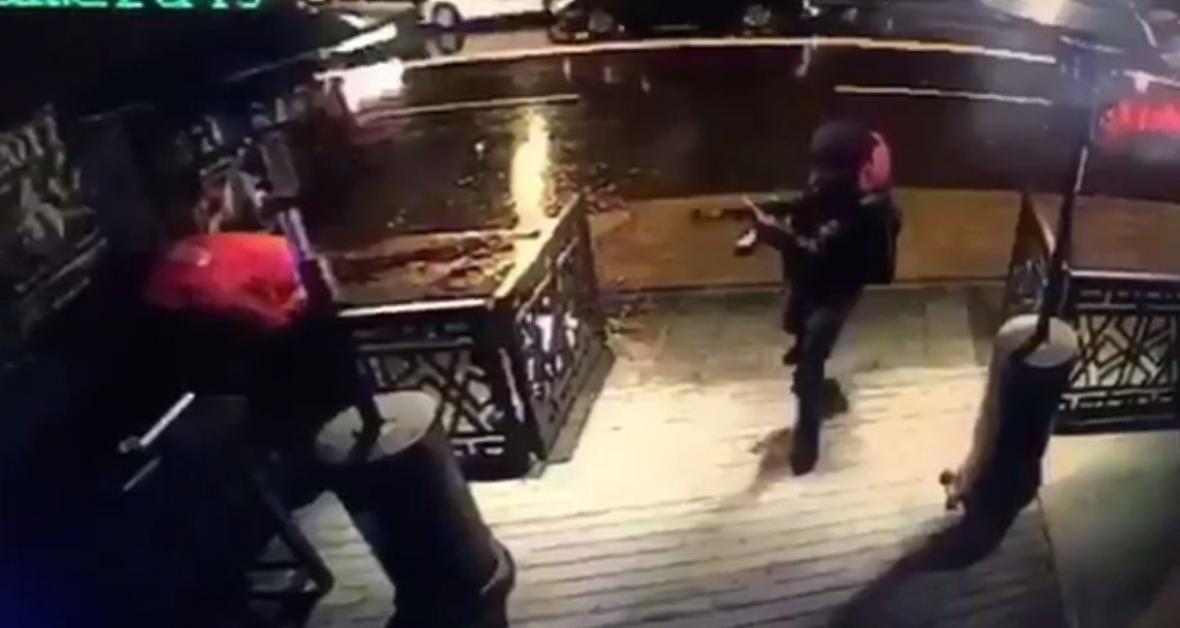 Snímek z kamery ukazuje střelce před vstupem do klubu