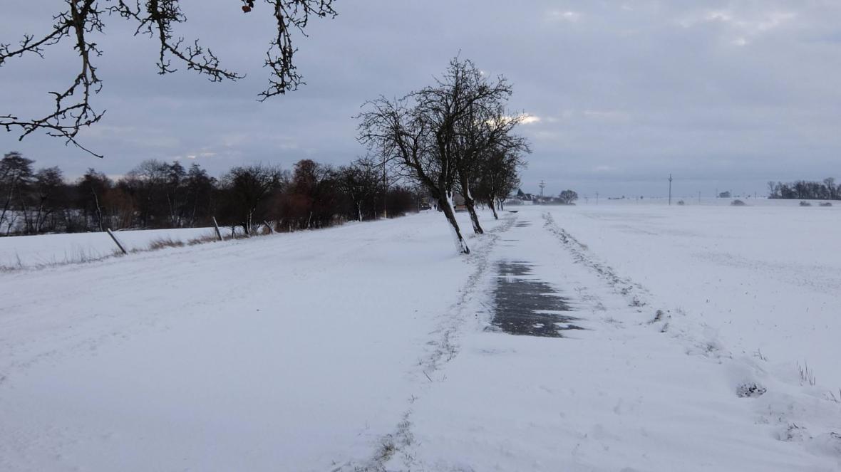 Sněhové jazyky a zavátá silnice na Novobydžovsku