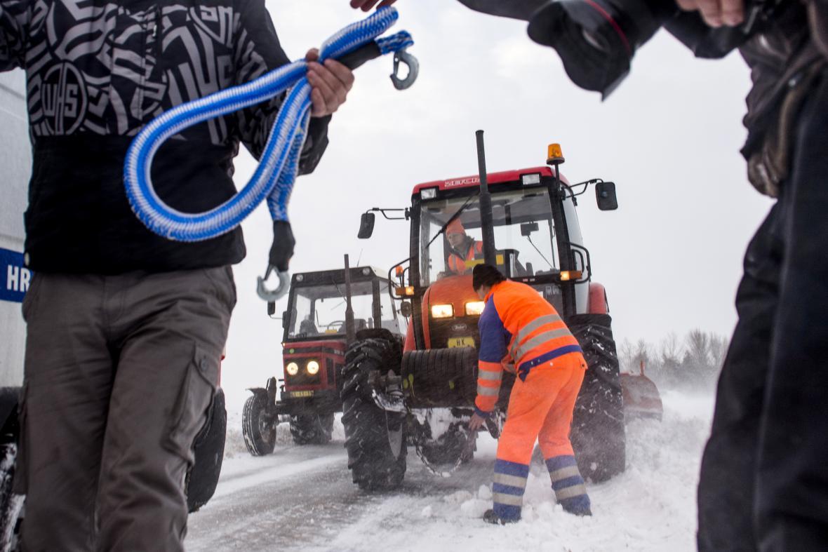 Sníh způsobil dopravní komplikace na Královéhradecku