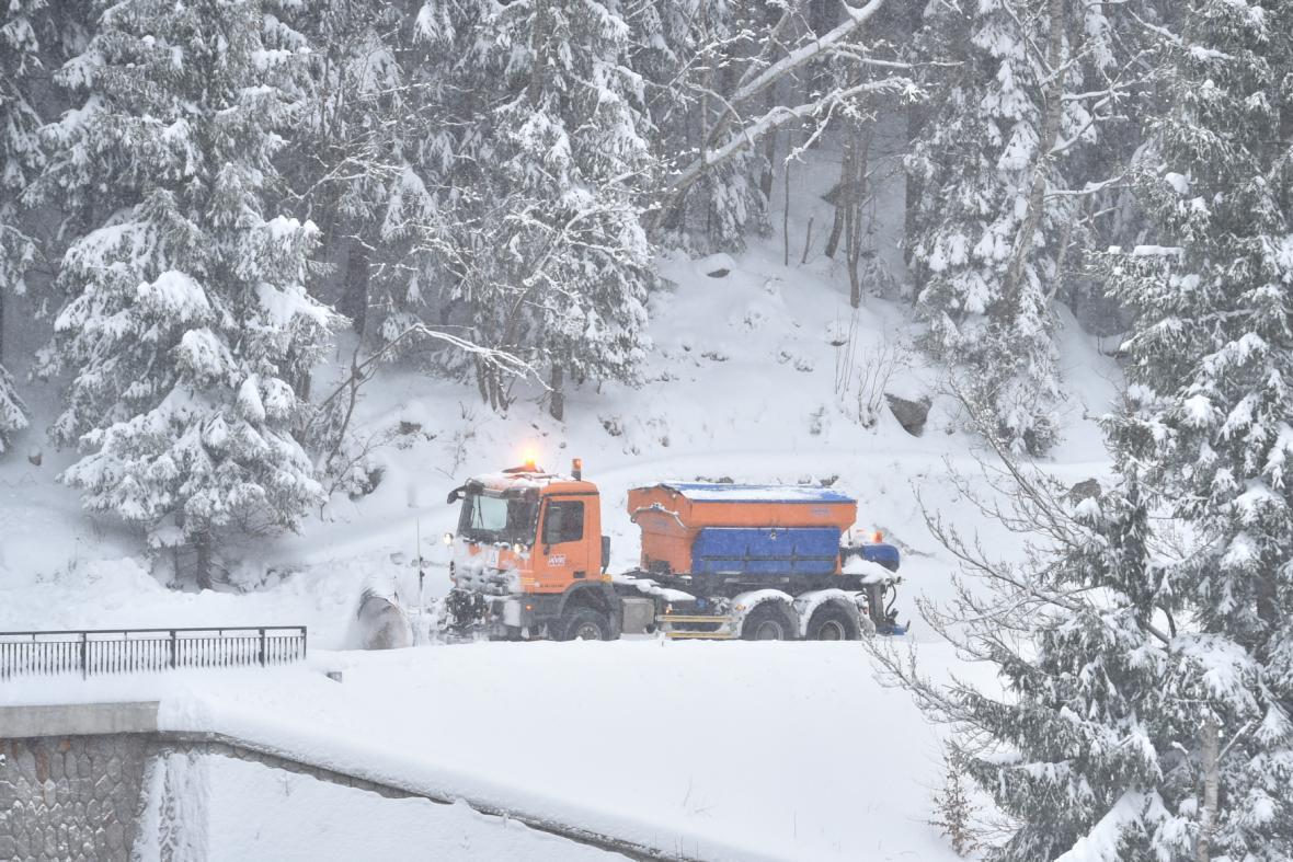 Silničáři bojují se sněhem v Kořenově na Jablonecku