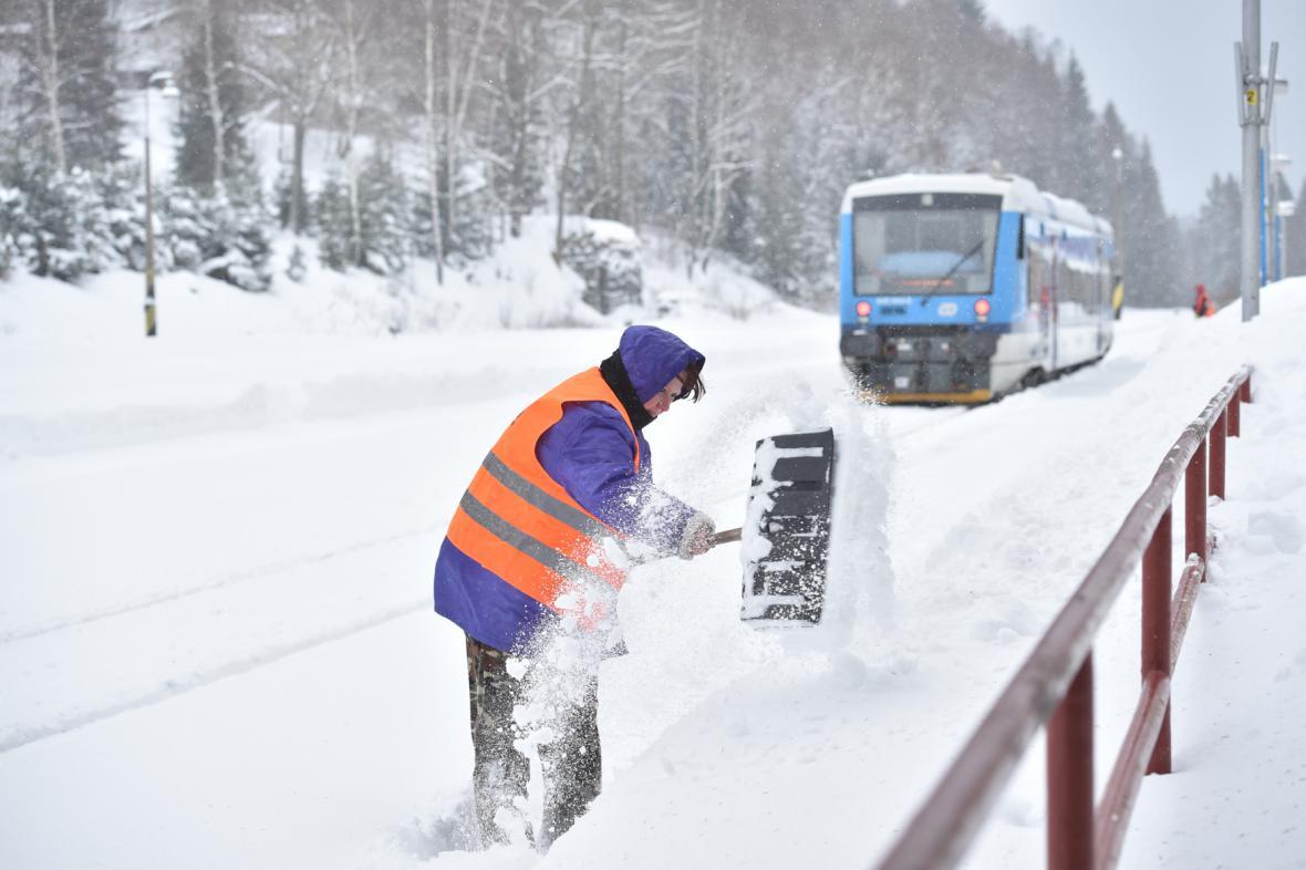 Zapadané vlakové nádraží v Kořenově na Jablonecku