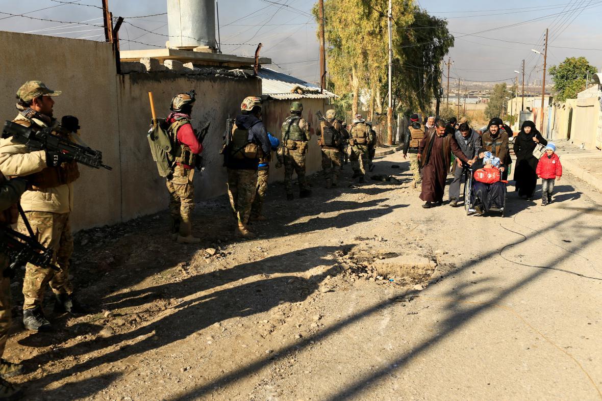 Civilisté opouštějí Mosul