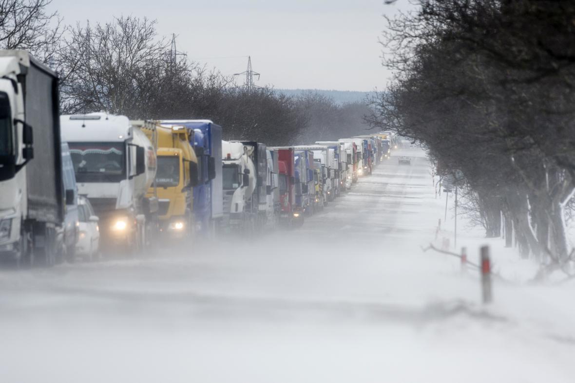 Sníh a silný vítr zkomplikovaly dopravu