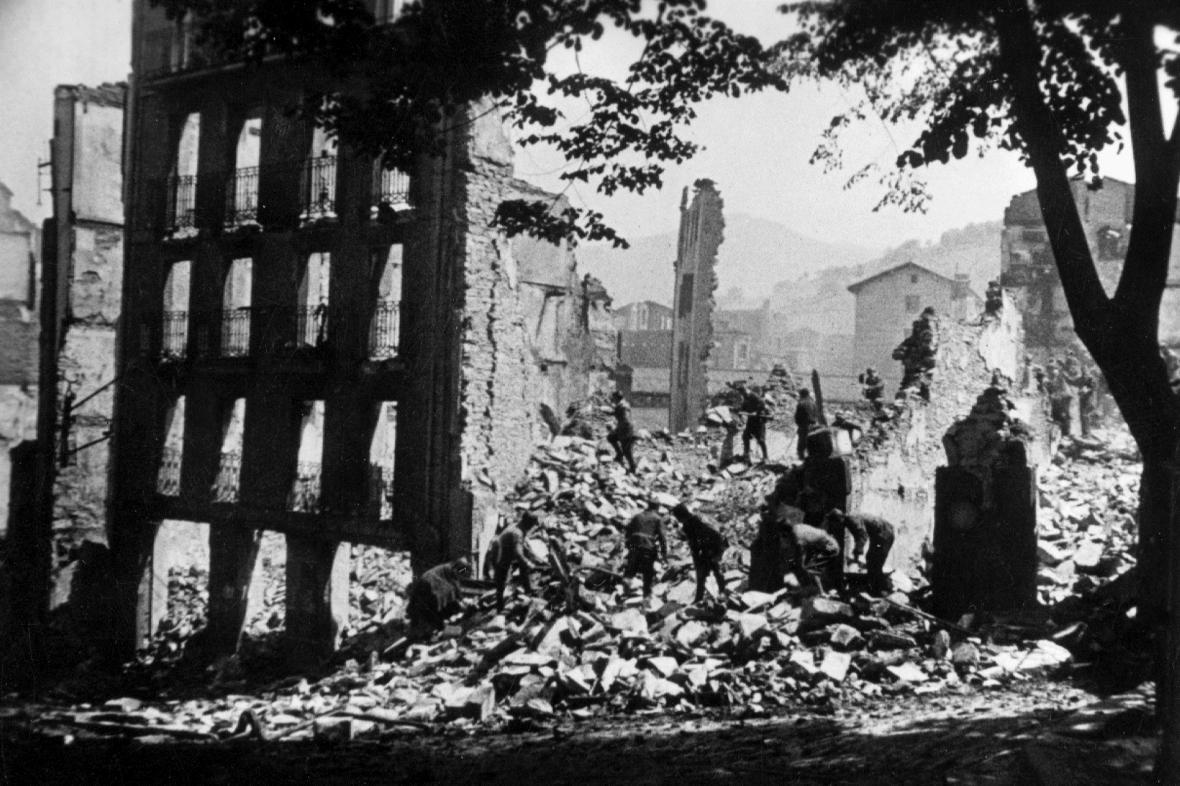 Guernica po bombardování, 1937