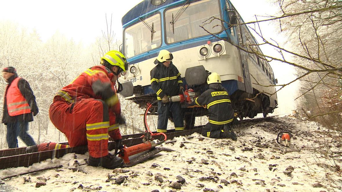 Hasiči vyprošťují vykolejený vlak