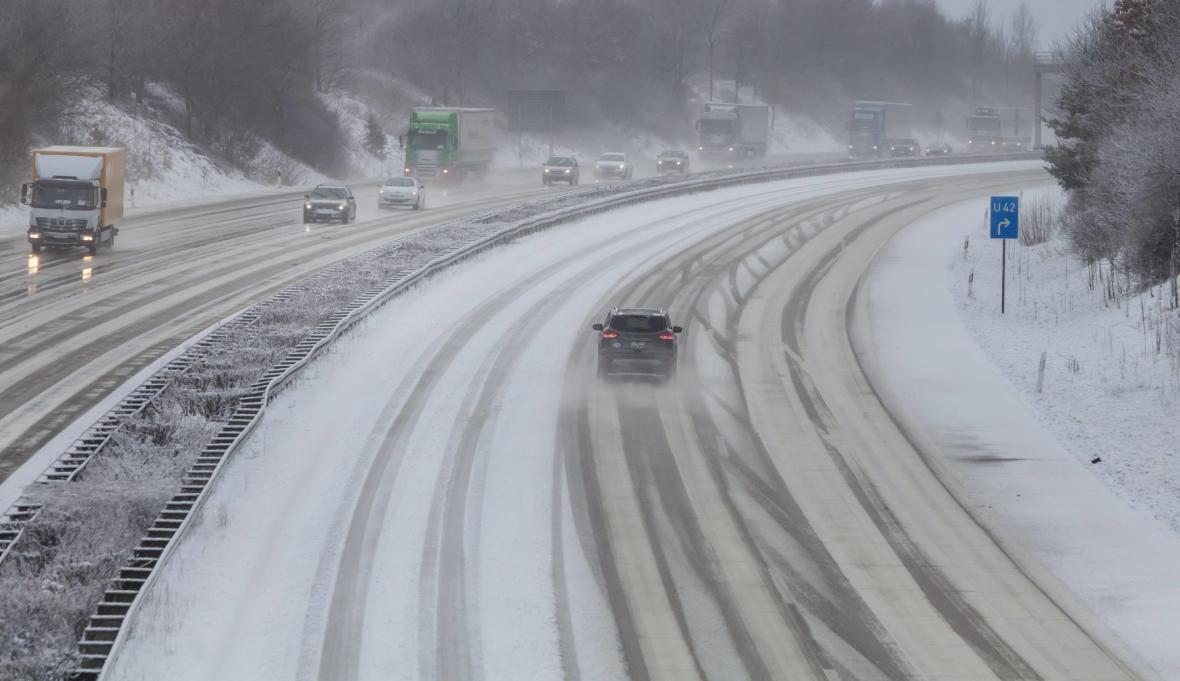 Zasněžená dálnice u Frankenbergu (4. 1. 16)