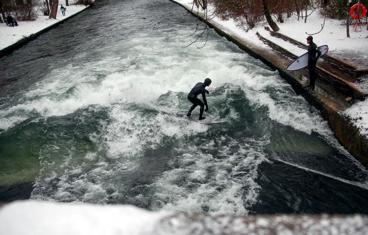 Surfování na mrazivé vodě v mnichovské Anglické zahradě.