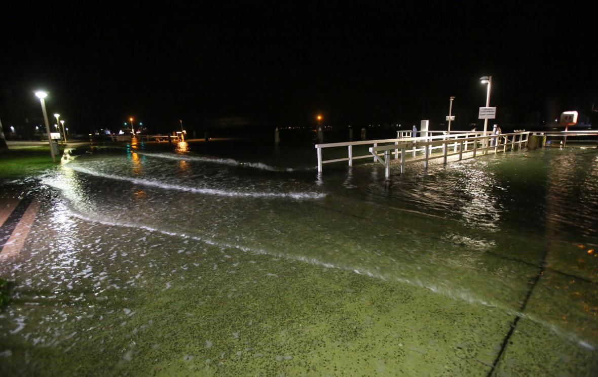 Voda zaplavila chodník na pláží v německém Travemünde.