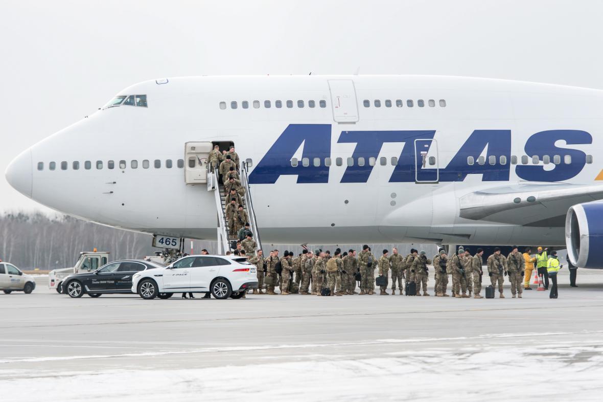 Američtí vojáci po přistání ve Vratislavi