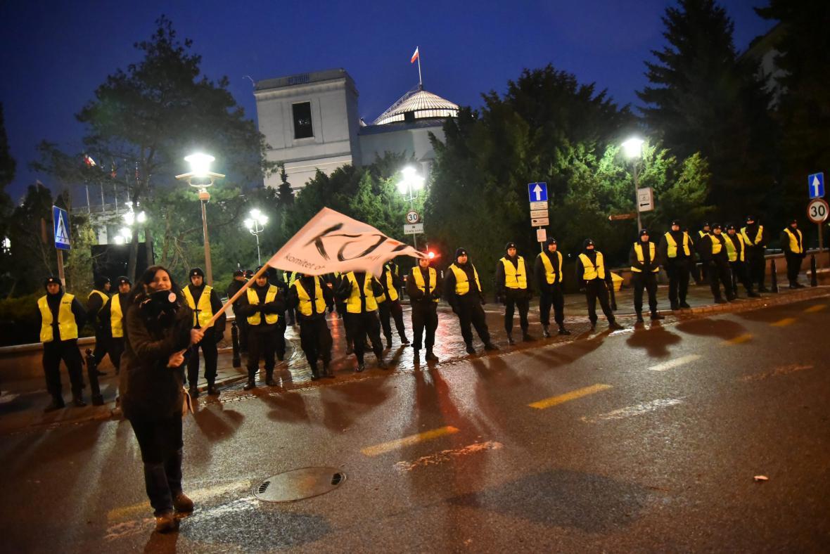Policisté hlídkují před polským sejmem během jednoho z prosincových protestů
