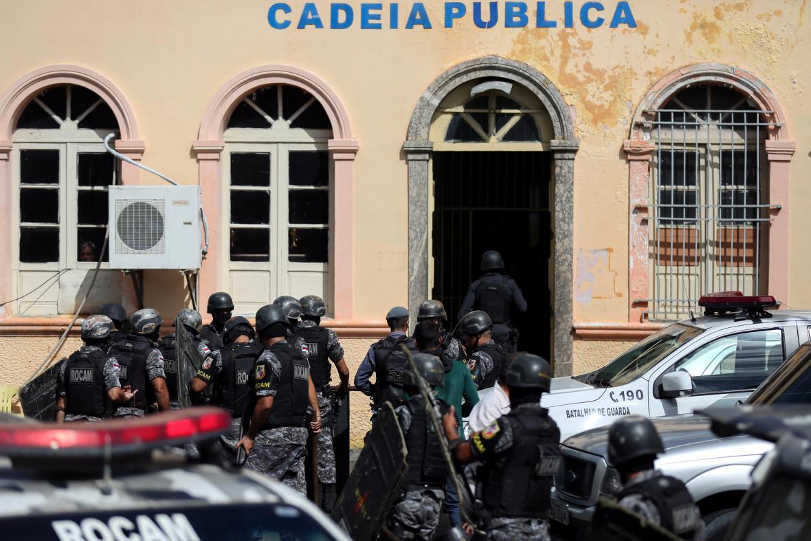 Poliie vstupuje do areálu věznice v Manausu