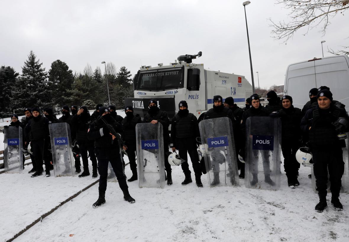 Policie před tureckým parlamentem