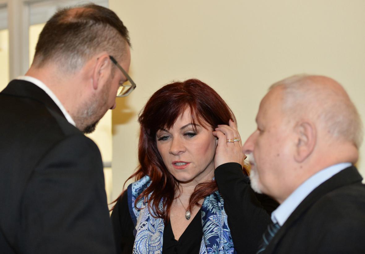 Jana Nečasová s Petrem Nečasem (vlevo) a právníkem Eduardem Brunou