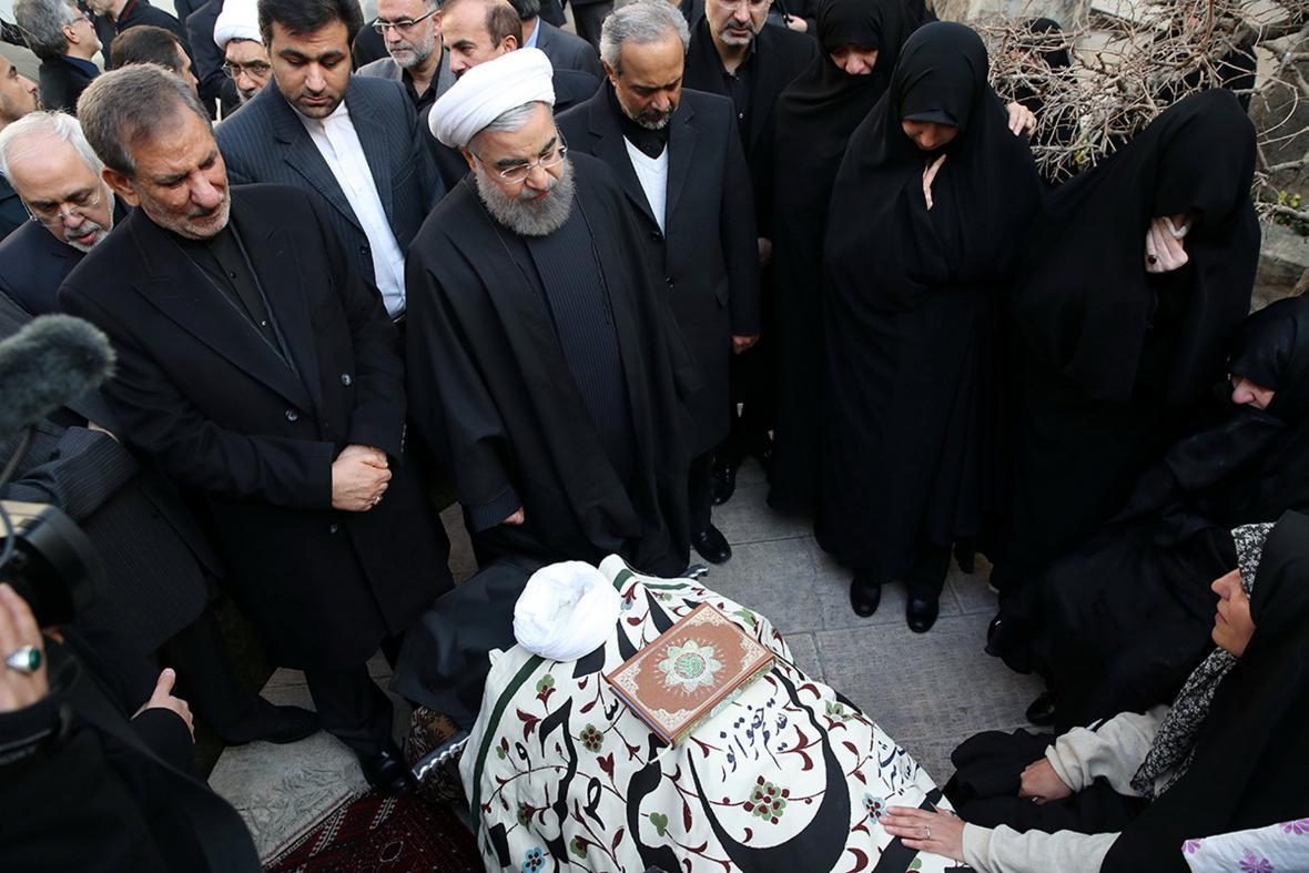 Íránský prezident Hasan Rouhání s ostatky Rafsandžáního