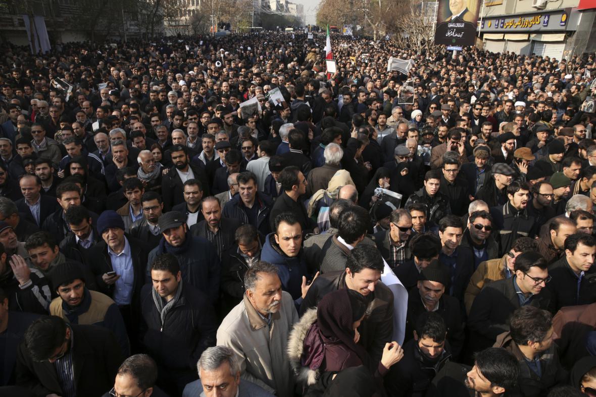 Do ulic Teheránu vyrazily desetitisíce lidí