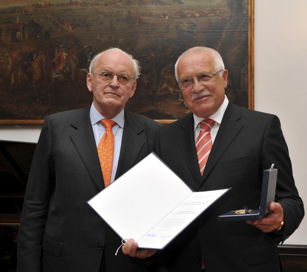 Roman Herzog a Václav Klaus, který v německém Freiburgu převzal Mezinárodní cenu Nadace F. A. von Hayeka (2009)