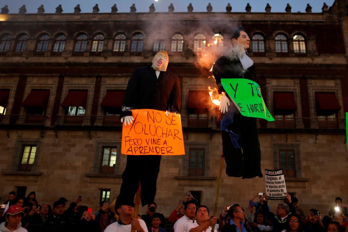 Figurína Donalda Trumpa a hořící figurína mexického prezidenta při protestech