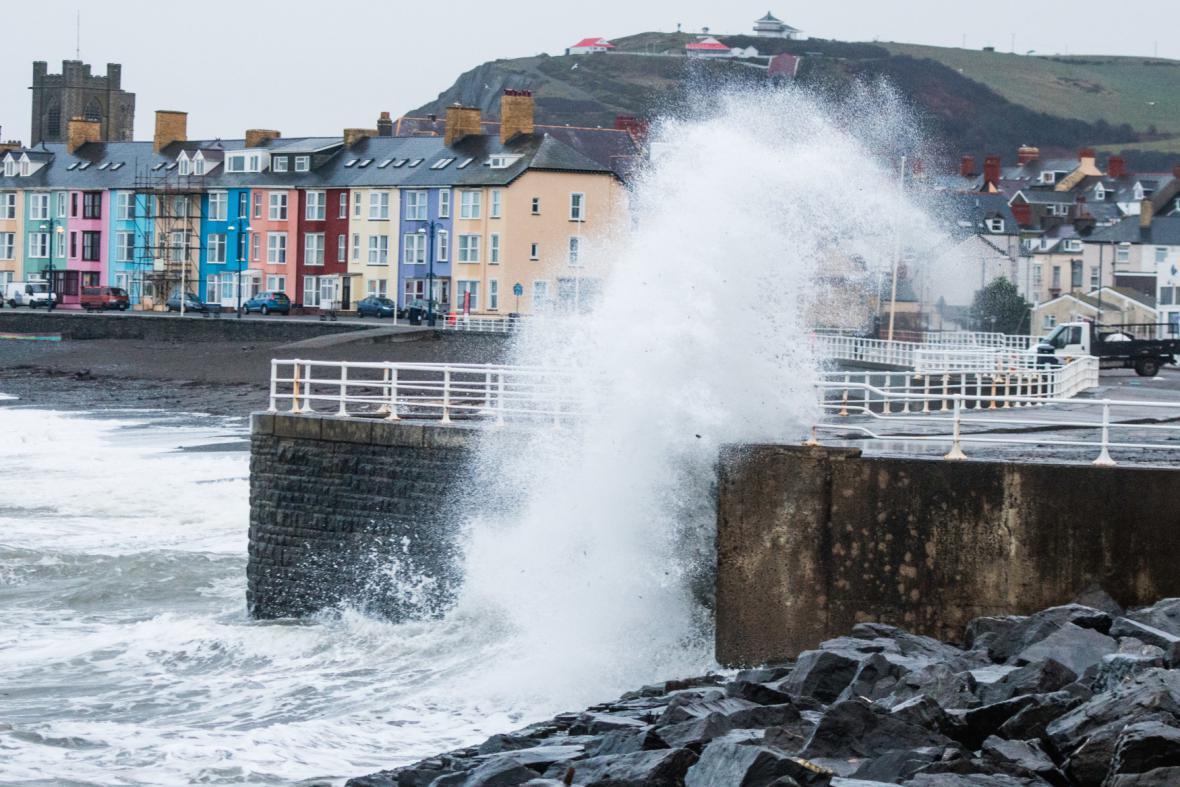 Rozbouřené moře v Aberystwyth ve Walesu