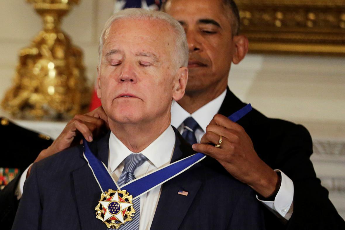 Obama předává Bidenovi nejvyšší civilní vyznamenání USA