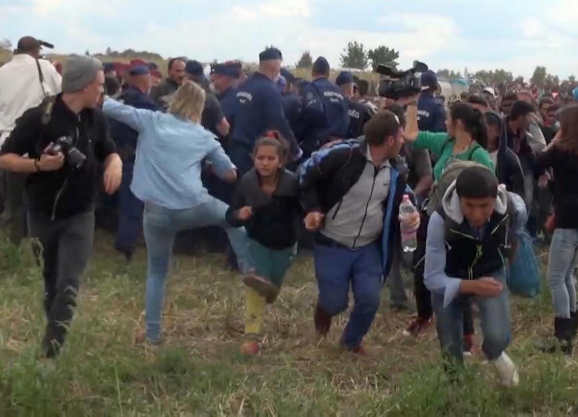Maďarská kameramanka kope do uprchlíků