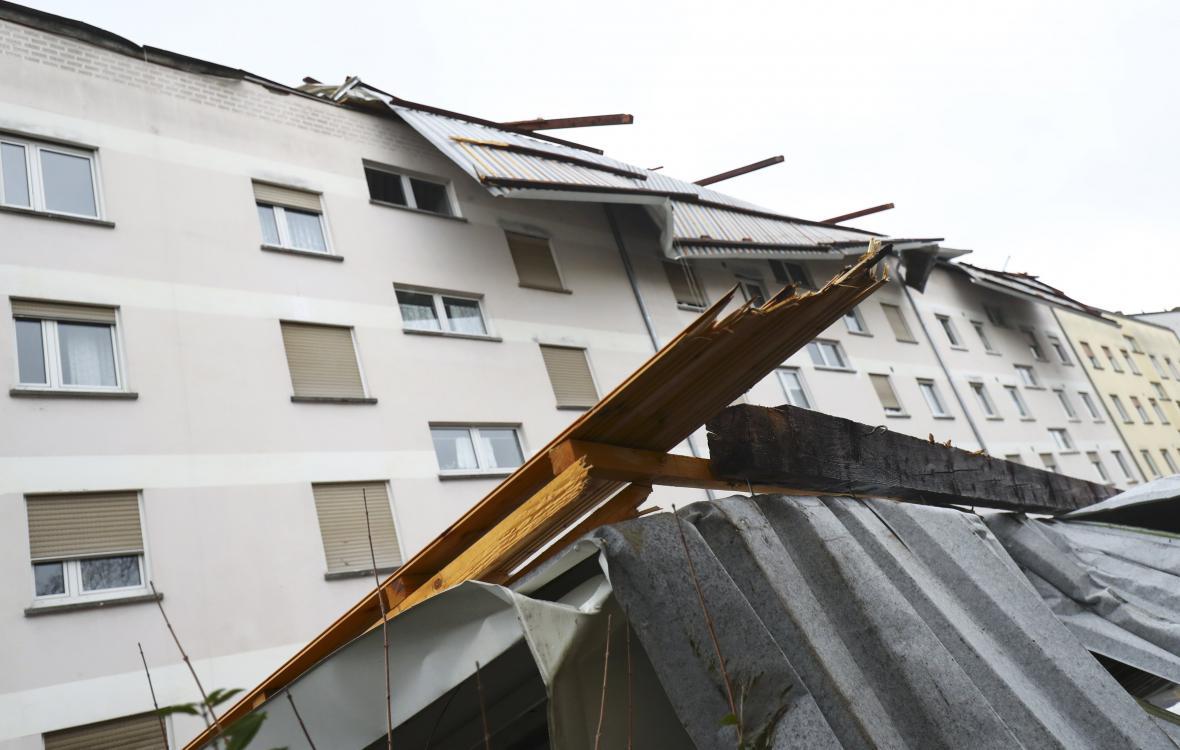 Poničená střecha v obci u Frankfurtu