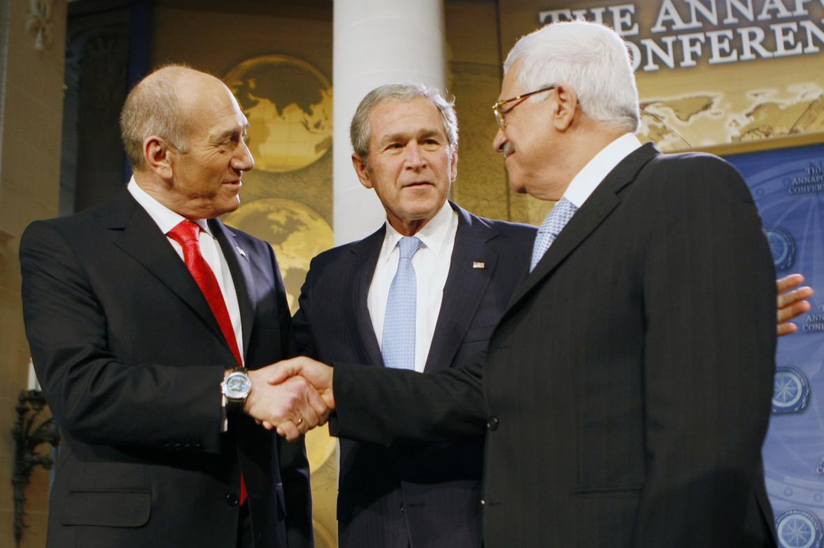 Izraelský premiér Ehud Olmert si potřásá rukou s palestinským prezidentem Mahmúdem Abbásem na summitu v Annapolis