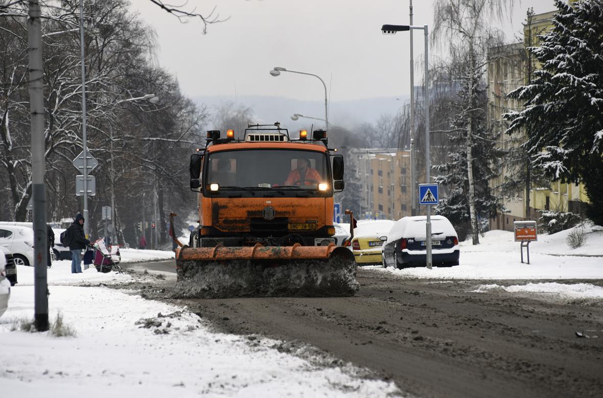 Silničáři odklízí sníh