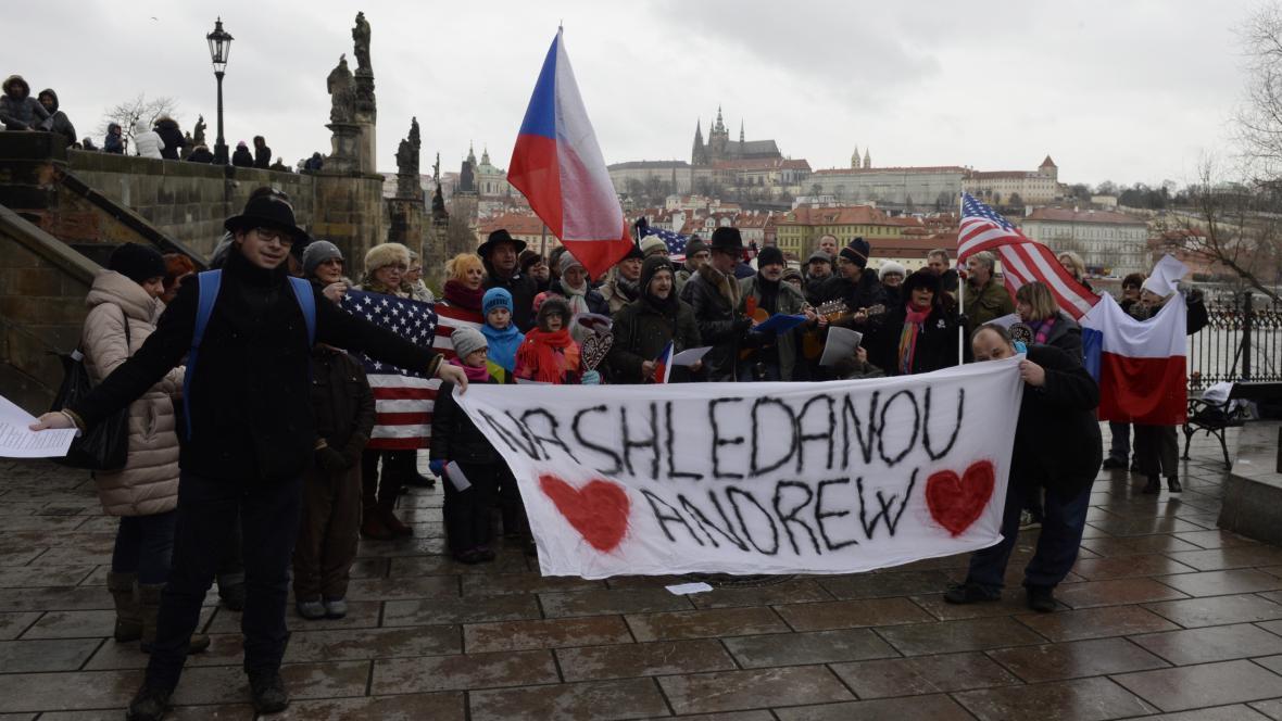 Příznivci amerického velvyslance v ČR Andrewea Schapira se s ním rozloučili 14. ledna 2017 v Praze happeningem