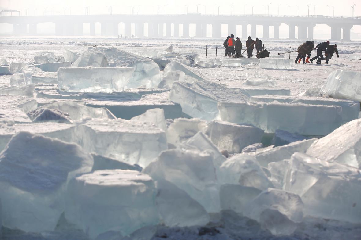 Příprava ledového festivalu v Číně