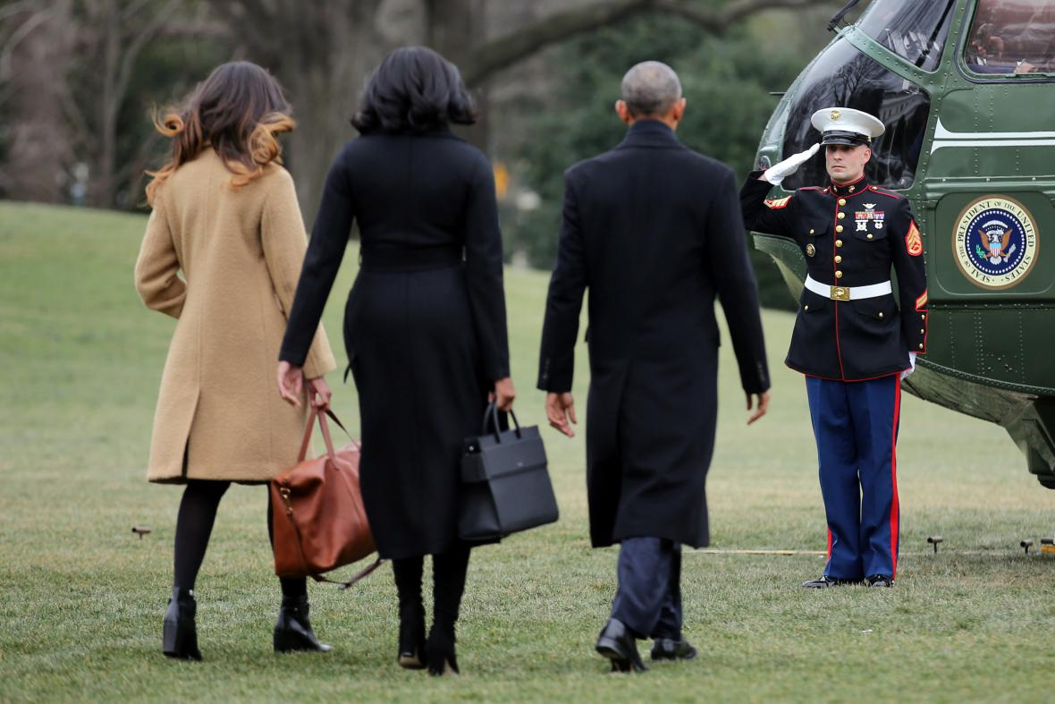 Obama s rodinou při odletu z Bílého domu
