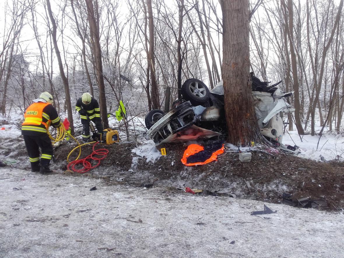 Dálnici D10 na 22. kilometru ve směru na Mladou Boleslav uzavřela ráno tragická nehoda osobního automobilu