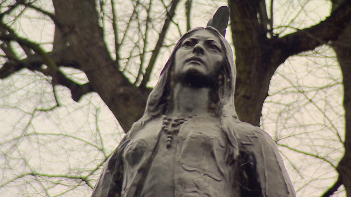 Socha Pocahontas v anglickém Gravesendu