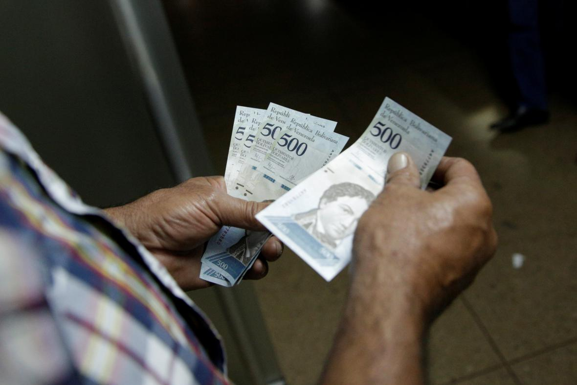 Nové bankovky začali lidé ve velkém směňovat
