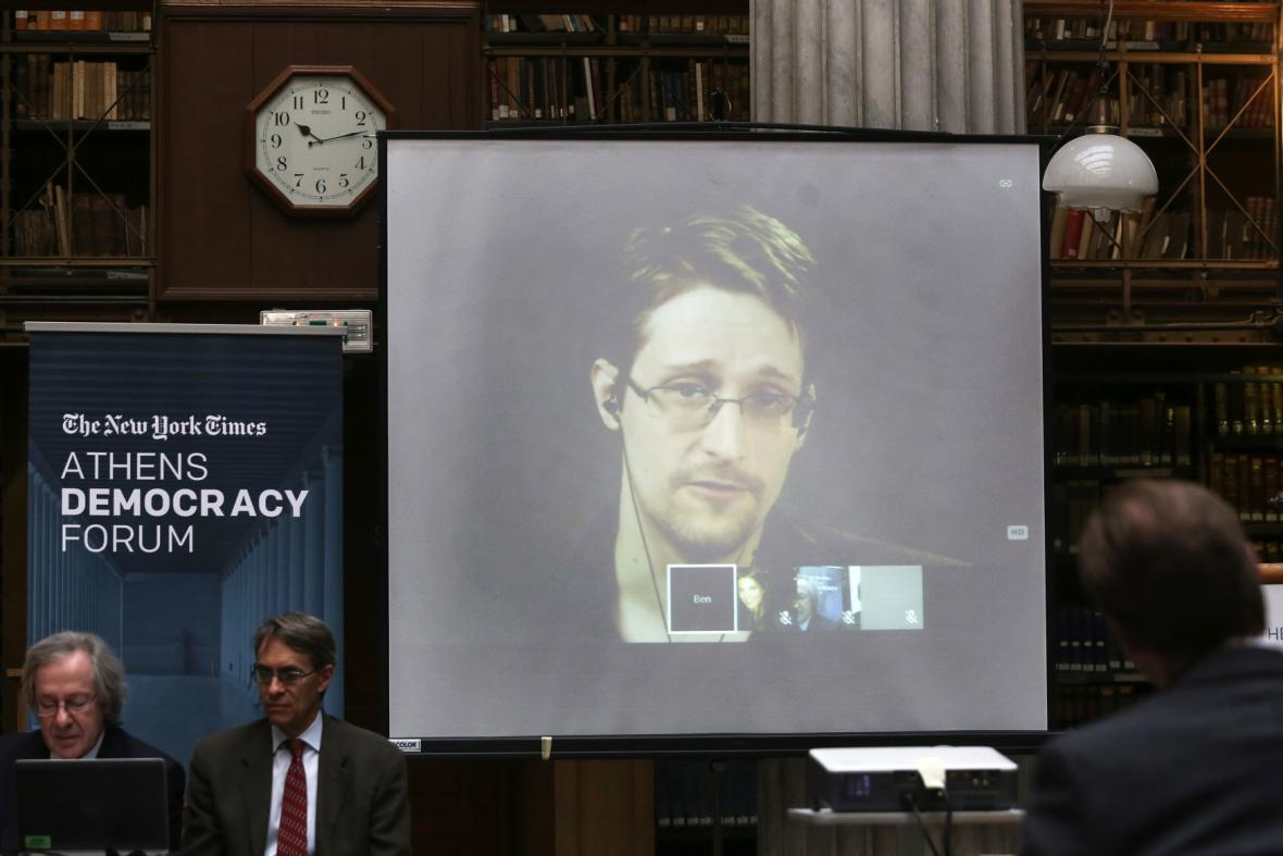 Edward Snowden během videokonference v Aténách v září 2016