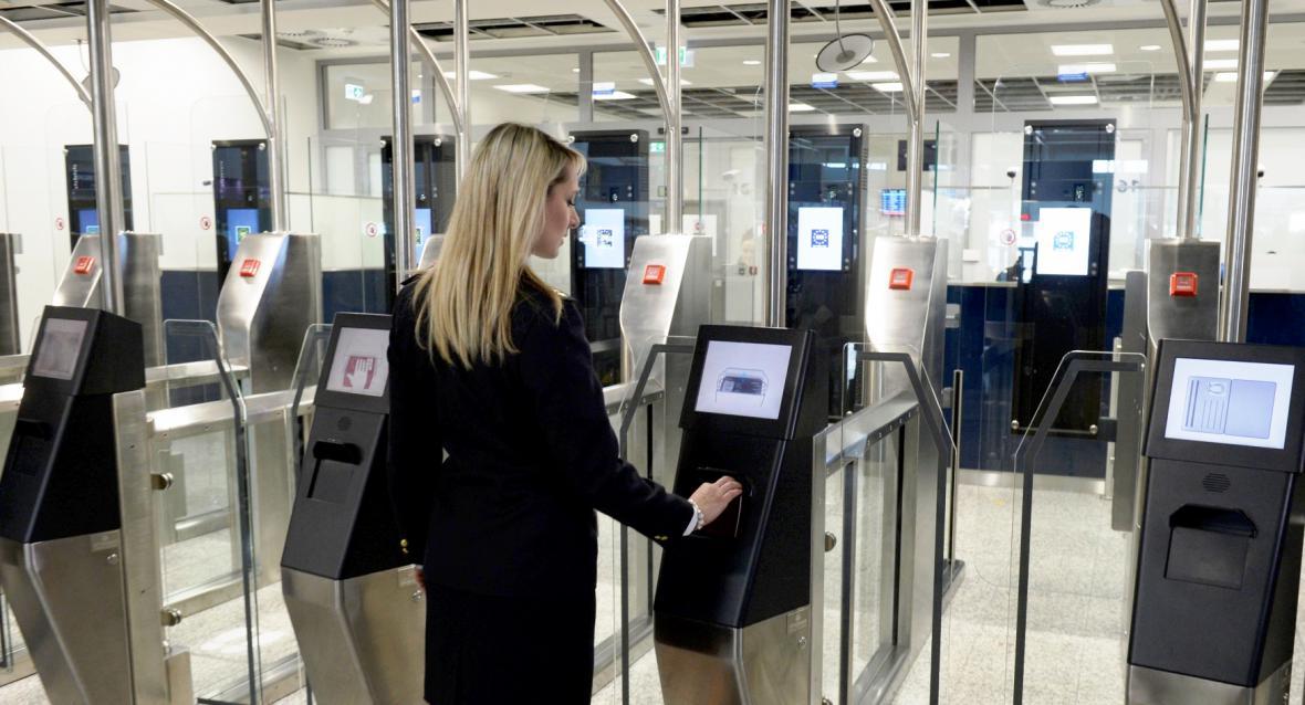 Kontrola dokladů automatickou bránou