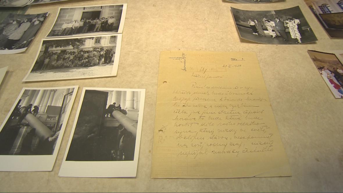 Dopis vdovy po slavném malíři Marie Muchové a histrorické fotografie z převozu pláten