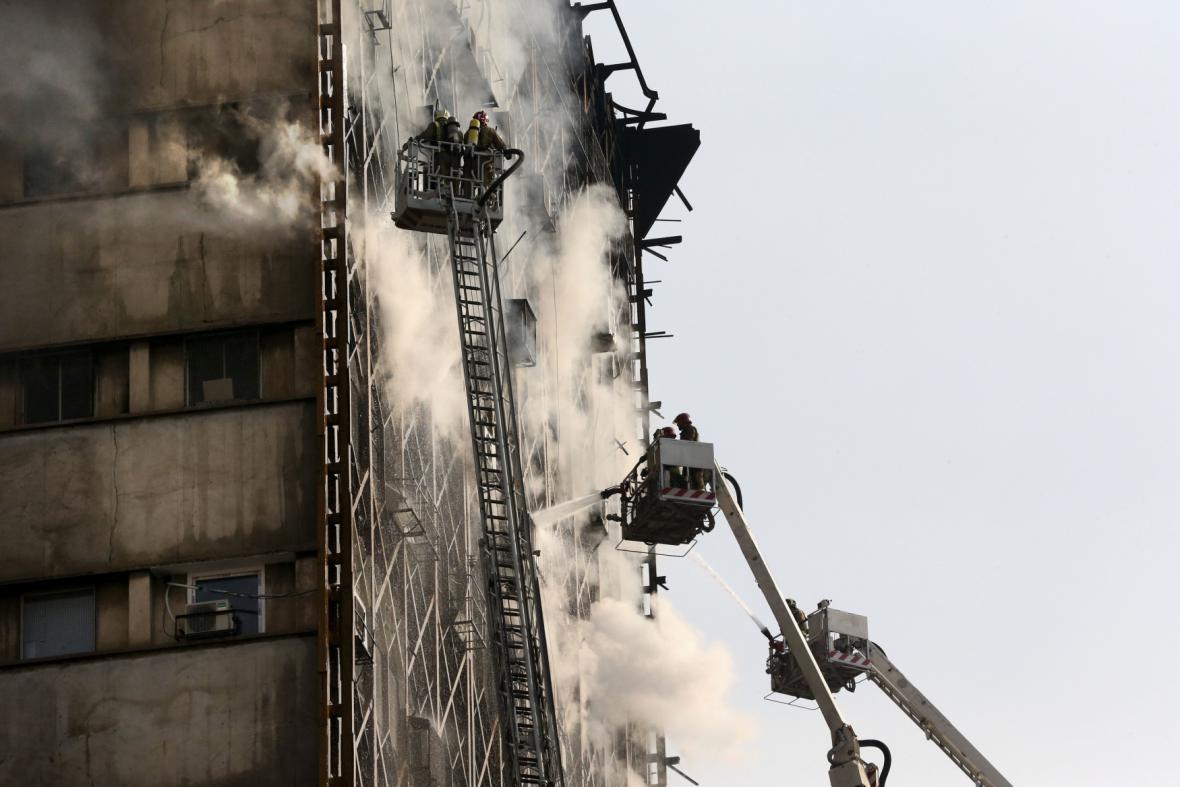 Hasiči se nejprve snažili požár uvnitř budovy uhasit
