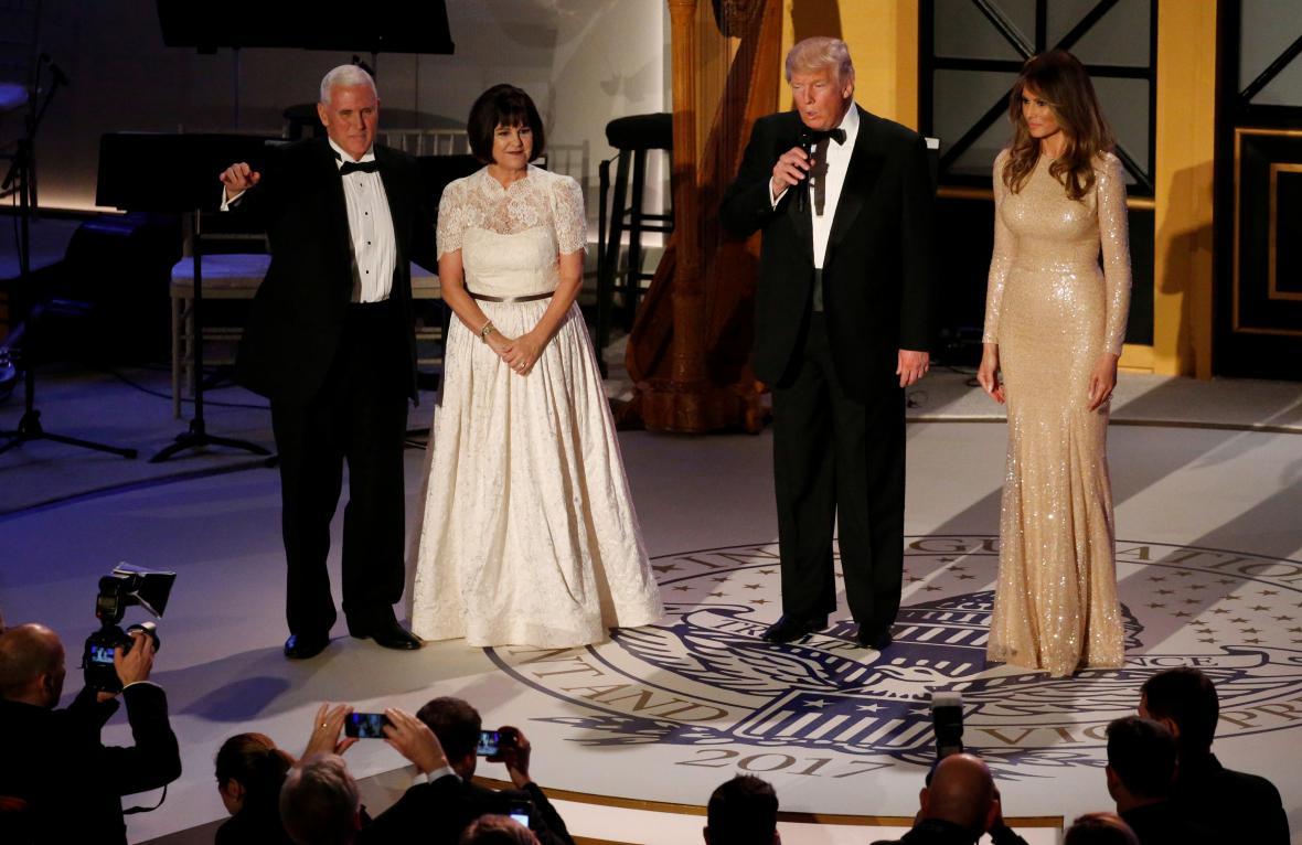 Trump promlouvá k účastníkům slavnostní večeře