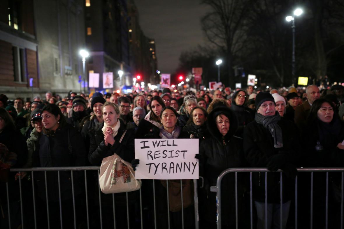 Odpůrci Donalda Trumpa na večerním shromáždění