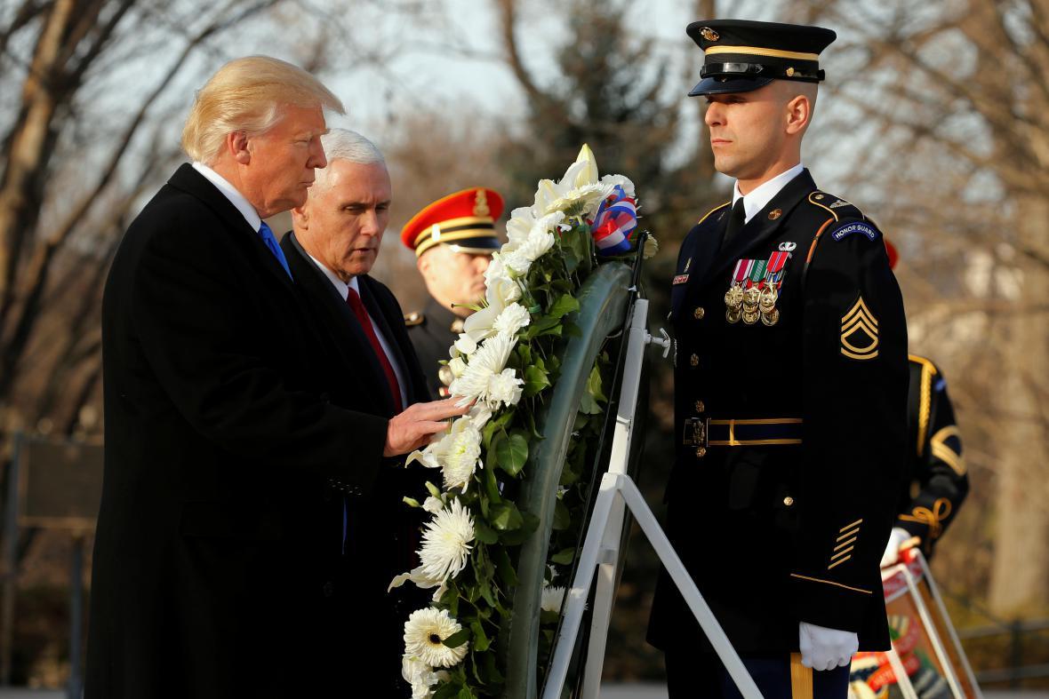 Trump s Pencem uctili památku vojáků na hřbitově v Arlingtonu