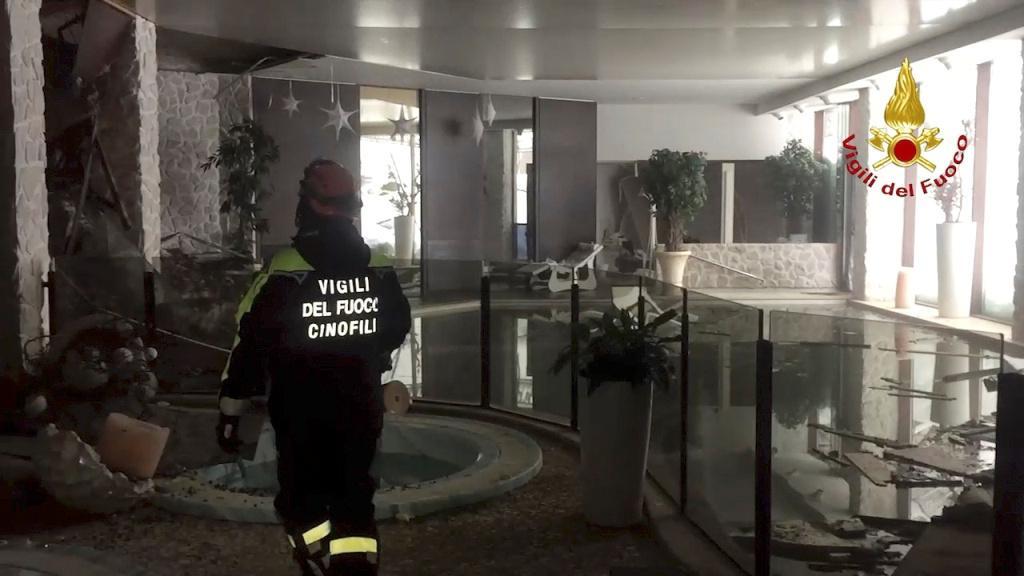 Hasič v zavaleném hotelu