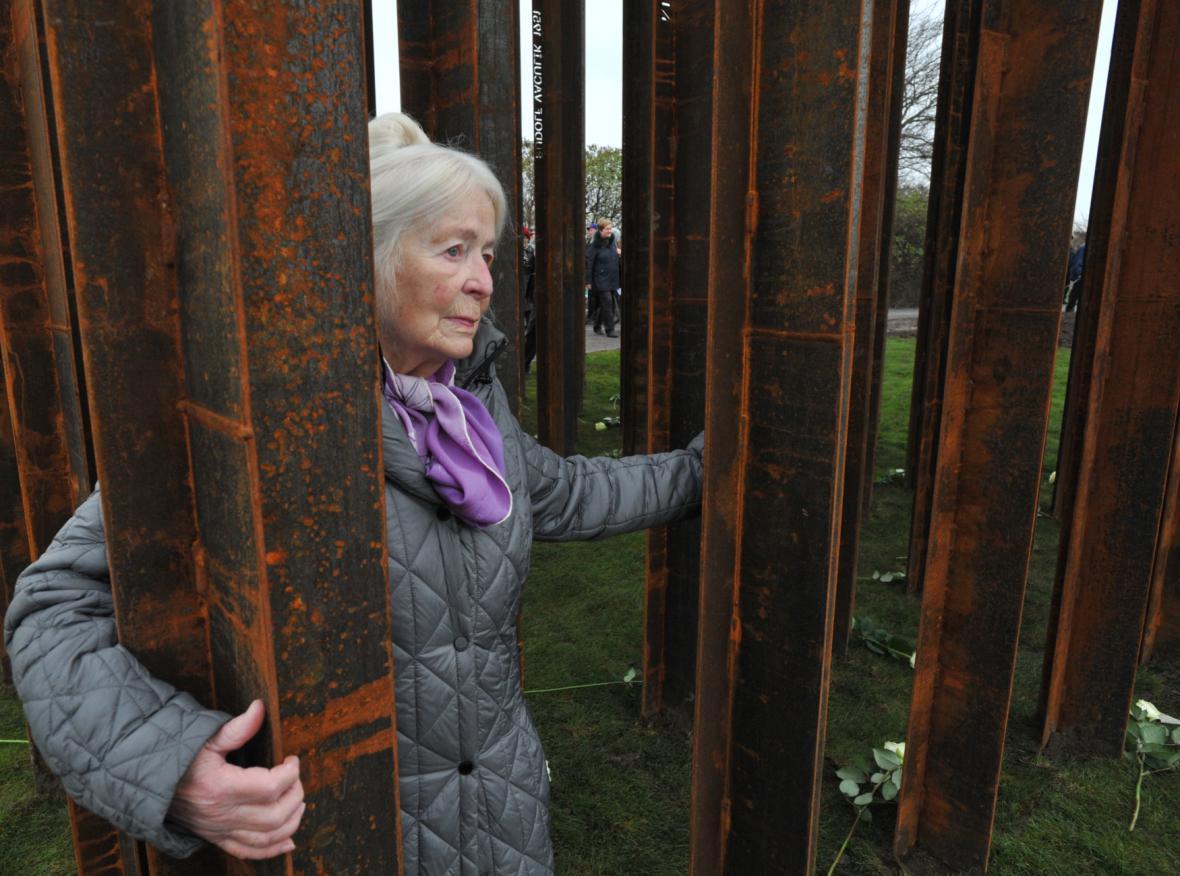 Naděžda Kavalírová u památníku obětem železné opony