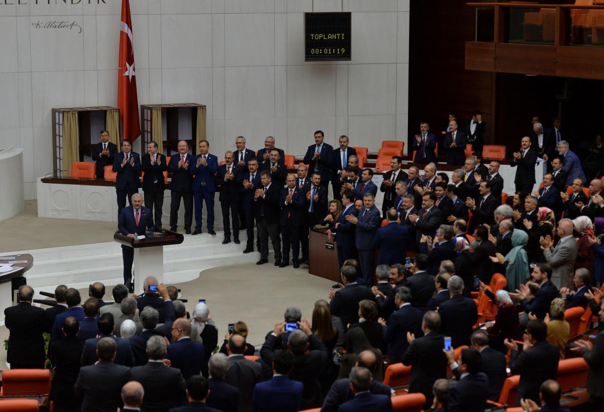 Projev tureckého premiéra Binali Yildirima po schválení ústavní změny v parlamentu