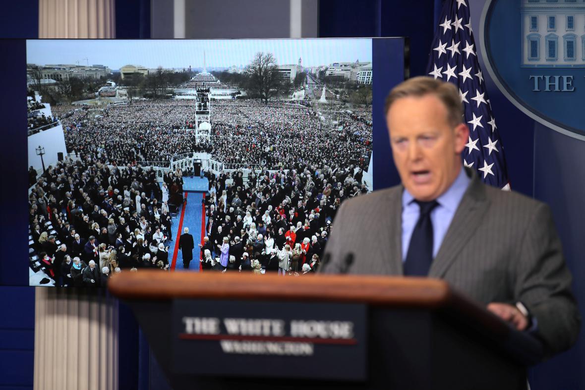 Sean Spicer obhajoval Trumpova slova ohledně účasti na inauguraci